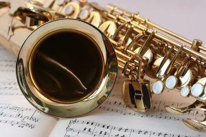 Złoty saksofon na tle nut