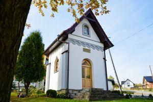 Biała kapliczka murowana