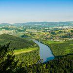 Widok z góry na zielone pola i rzekę