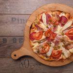 pizza na okrągłej drewnianej desce