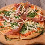 Pizza na drewnianej desce