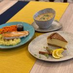 Sernik, zupa i drugie danie na stole