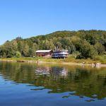widok na jezioro i łódź