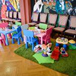 kolorowe krzesełka i stoliki dla dzieci, zabawki