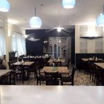 wnętrze restauracji, stoły, krzesła