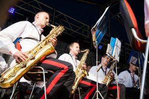 troje mężczyzn gra na sakosofonach