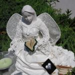 Rzeźba biały anioł z książką w ręku