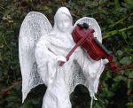 Rzeźba biały anioł grający na szkrzypcach