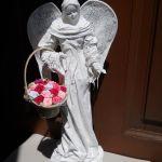 Rzeźba biały anioł z koszem kwiatów