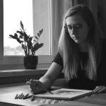 Czarnobiałe zdjęcia dziewczyny szkicującej obraz