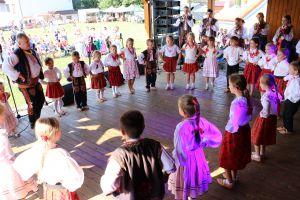 dzieci w strojach regionalnych tańczące w kole